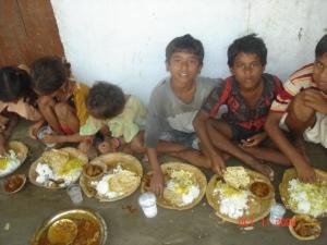 3 copii mancand
