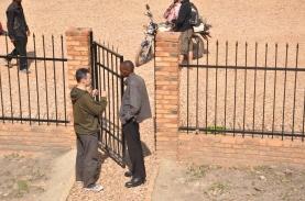 _20 la poarta statiei de radio cu pastorul Bosco